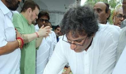 Photos: राजकीय सम्मान के साथ खय्याम को दी गई अंतिम विदाई, मुंबई में किए गए सुपुर्द-ए-खाक