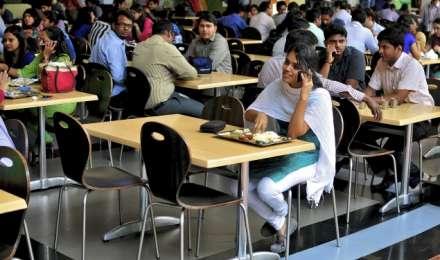 रियलिटी चेक: क्या योगी सरकार ने यूपी के विश्व विद्यालयों और कॉलेजों में फोन पर पाबंदी लगाई?