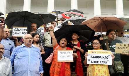 पीएमसी बैंक घोटाला: खाताधारकों ने RBI मुख्यालय के बाहर किया प्रदर्शन, बुजुर्ग महिला की तबियत बिगड़ी
