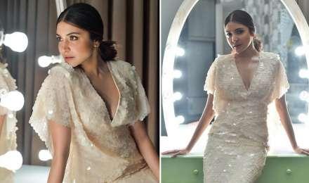 ऑफ व्हाइट कलर की सीक्वेंड ड्रेस बेहद स्टनिंग नजर आईं अनुष्का शर्मा, देखें तस्वीरें