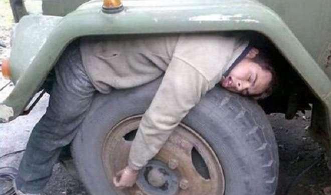नींद लोगों को कहीं भी लिटा सकती है !