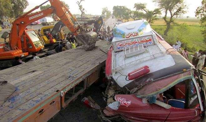 पाकिस्तान में दो बसों की टक्कर में 22 की मौत, 40 घायल - India TV
