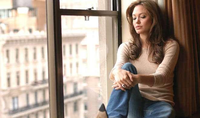 ब्रैड पिट से अलग होने के बाद एंजेलिना को लेना पड़ रहा है धूम्रपान का सहारा - India TV