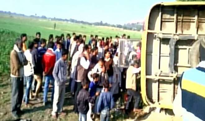 मप्र: छतरपुर में स्कूली बस पलटी, 17 बच्चे घायल - India TV
