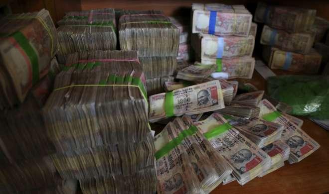 बिल्डर के पास से 1.40 करोड़ रुपये के पुराने नोट जब्त, तीन लोग हिरासत में