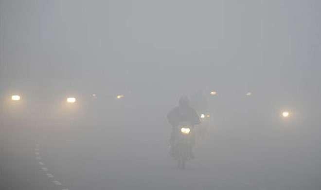 घने कोहरे से ढका दिल्ली-NCR, थमी वाहनों की रफ्तार