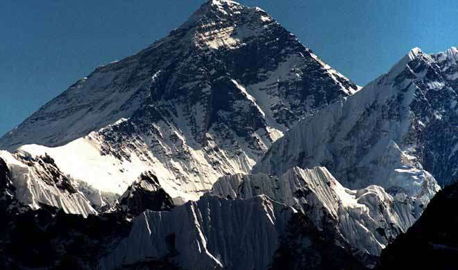 माउंट एवरेस्ट पर चढ़ने का फर्जी दावा करने वाले कांस्टेबल दंपति निलंबित - India TV