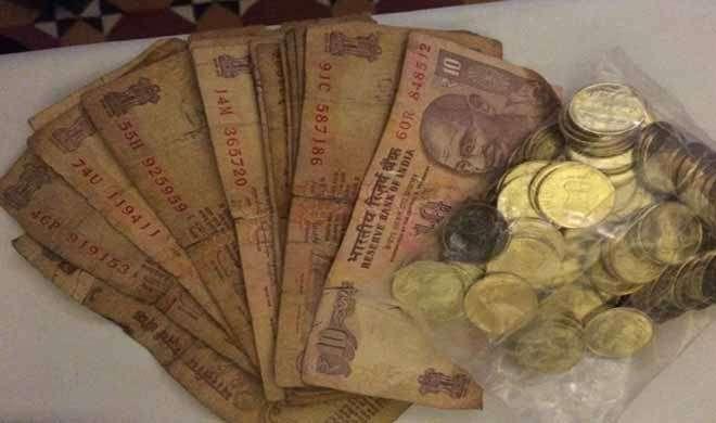 ग्राहकों को बदबूदार सड़े-गले नोट दे रहे बैंक, छिड़कना पड़ रहा इत्र - India TV