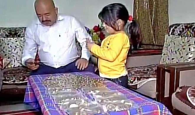 नोटबंदी: 4 घंटे लाइन में लगने के बाद बैंक ने थमाए 20 हजार के सिक्के - India TV