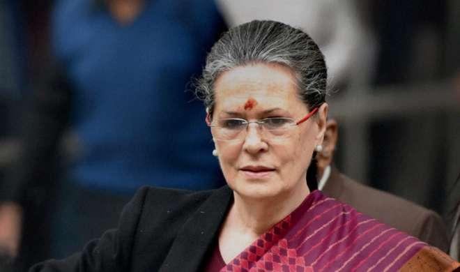 इंदिरा आपातकाल को लेकर बहुत असहज थीं: सोनिया - India TV