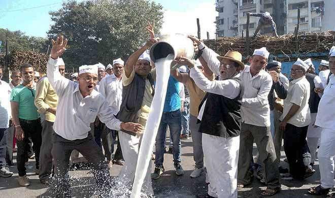 नोटबंदी के खिलाफ सूरत में किसानों का हल्लाबोल, फसल और दूध कलेक्टर ऑफिस के बाहर फेंका - India TV