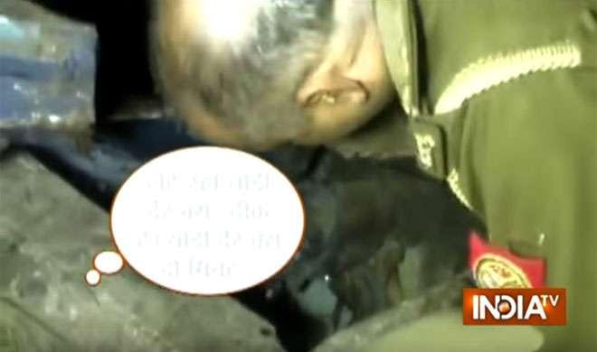 VIDEO: देखें, ट्रेन हादसे में घायल लड़की से पुलिस ऑफिसर ने क्या कहा - India TV