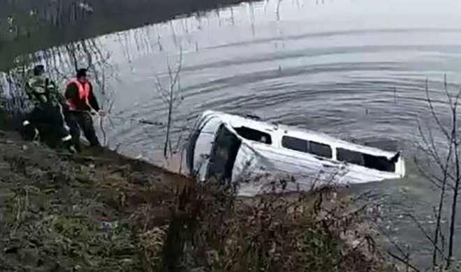 चीन में झील में बस के गिरने से 18 लोगों की मौत - India TV