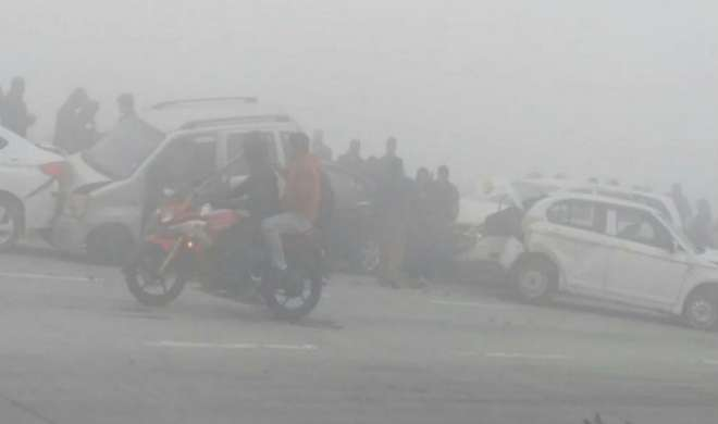धुंध के कारण यमुना एक्सप्रेसवे पर भिड़ीं 12 गाड़ियां, IGI पर विमानों का परिचालन प्रभावित - India TV