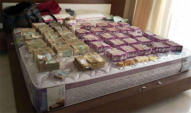 बेंगलुरु: इनकम टैक्स का छापा, 4 करोड़ 70 लाख रुपये की नई करेंसी बरामद - India TV