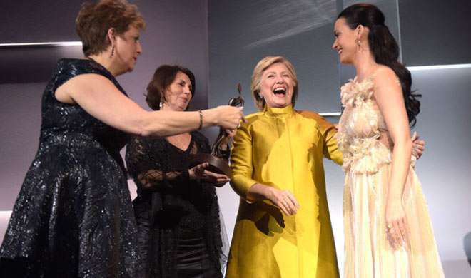 हिलेरी क्लिंटन ने कैटी पैरी को ऑड्रे हेपबर्न ह्यूमैनिटेरियन पुरस्कार ले किया सम्मानित - India TV