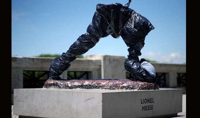 ब्यूनस आयर्स में लियोनेल मेसी की प्रतिमा के साथ तोड़-फोड़