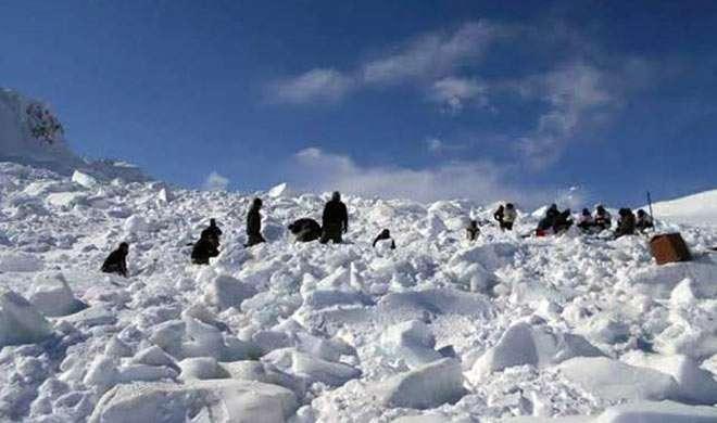 जवानों को मिल रही भारी बर्फबारी से एवलांच के दौरान रेस्क्यू की ट्रैनिंग - India TV