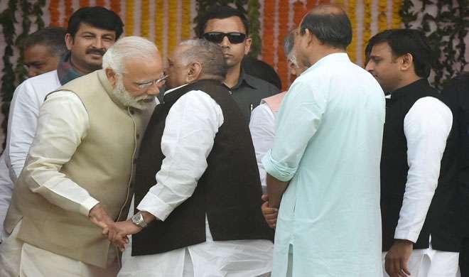 शपथ ग्रहण समारोह में मुलायम ने PM के कान में कुछ कहा, खिलखिलाकर हंस पड़े मोदी - India TV