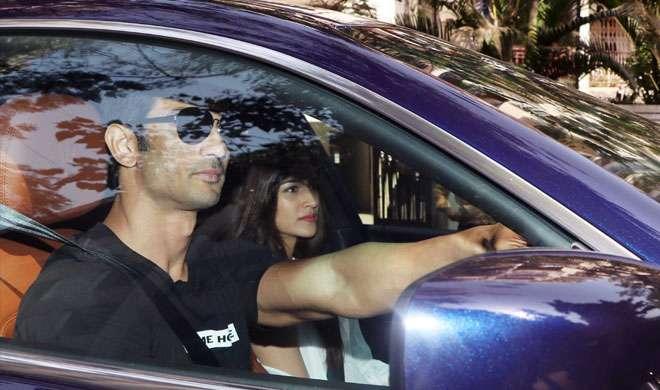 PICS: ब्रेकअप की खबरों के बीच गर्लफ्रेंड कृति सेनन को नई कार में घुमाने निकले सुशांत सिंह राजपूत