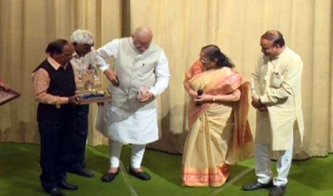 आखिर PM मोदी ने किताब का रिबन और रैपर क्यों रखा अपनी जेब में?