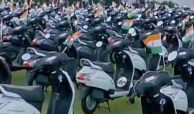 सूरत के हीरा कारोबारी ने खुश होकर अपने हर कर्मचारी को दिया तोहफे में स्कूटर - India TV