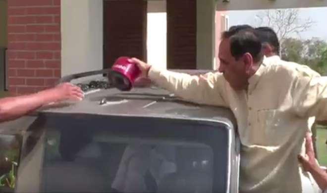 गुजरात के CM विजय रूपाणी और मंत्रियों ने अपनी कारों से हटाई लाल बत्ती - India TV