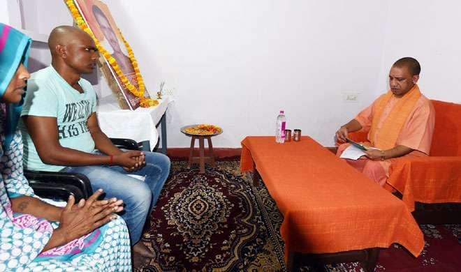 CM योगी के जाते ही शहीद के घर से सोफा, कालीन और AC उतार ले गए अफसर - India TV