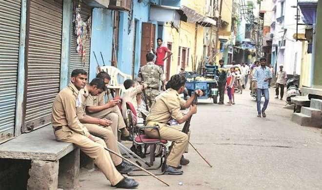 अलीगढ़ में मस्जिद की मीनार की मरम्मत को लेकर विवाद, प्रशासन ने संभाली तनावपूर्ण स्थिति - India TV