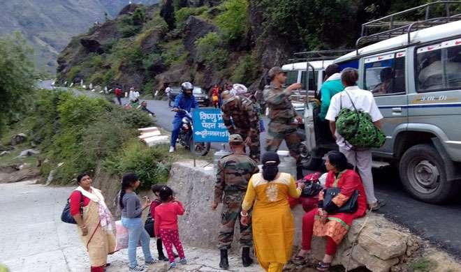 भूस्खलन से बाधित बदरीनाथ राजमार्ग 24 घंटे बाद खुला - India TV