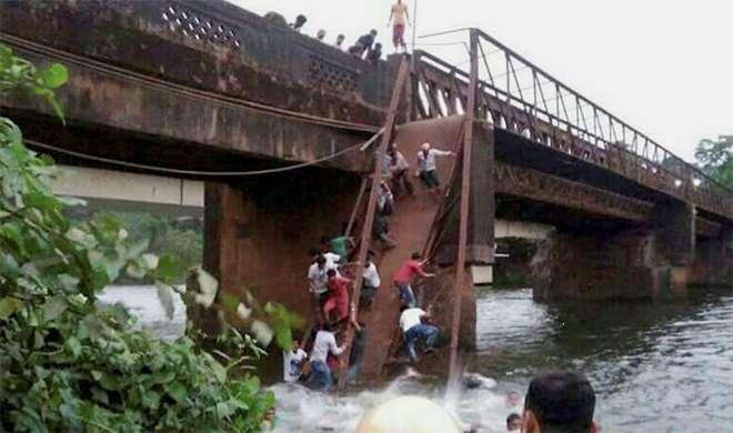 खुदकुशी की कोशिश कर रहे युवक को बचाने में टूटा पुल, 50 लोग नदी में गिरे - India TV