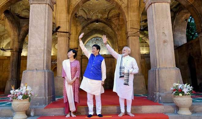 PM मोदी पहली बार देश की किसी मस्जिद में गए, शिंजो आबे के बने गाइड