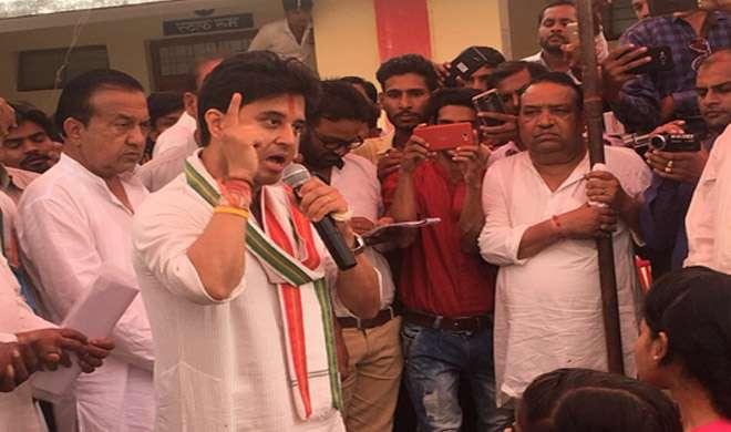 मप्र: कॉलेज में सिंधिया को बुलाने पर दलित प्रिंसिपल सस्पेंड, राजनीति गरमाई