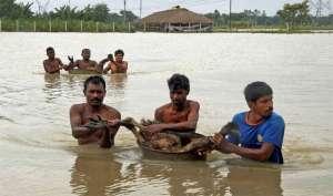 तस्वीरों में: बाढ़ का पानी और जीने की जद्दोजहद