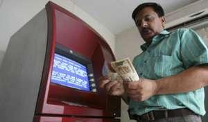 दूसरे बैंकों के ATM से निकालते हैं पैसे? अपना डेबिट कार्ड यूं रखें सुरक्षित