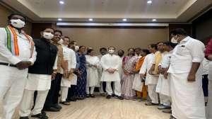 विपक्षी सांसदों संग नाश्ते के बाद साइकिल पर संसद के लिए निकले राहुल गांधी