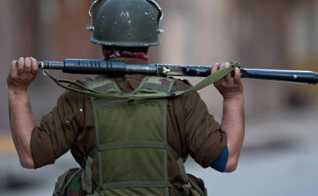 कश्मीर में आतंकवादियों ने गार्डस से बंदूकें छीनी - India TV