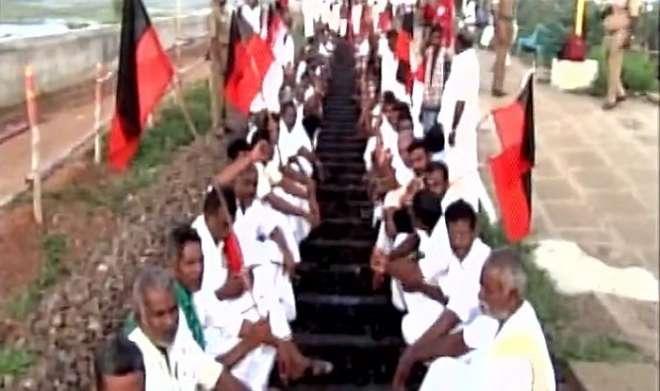 कावेरी विवाद: तमिलनाडु में विपक्षी दलों ने किया रेल रोको प्रदर्शन - India TV