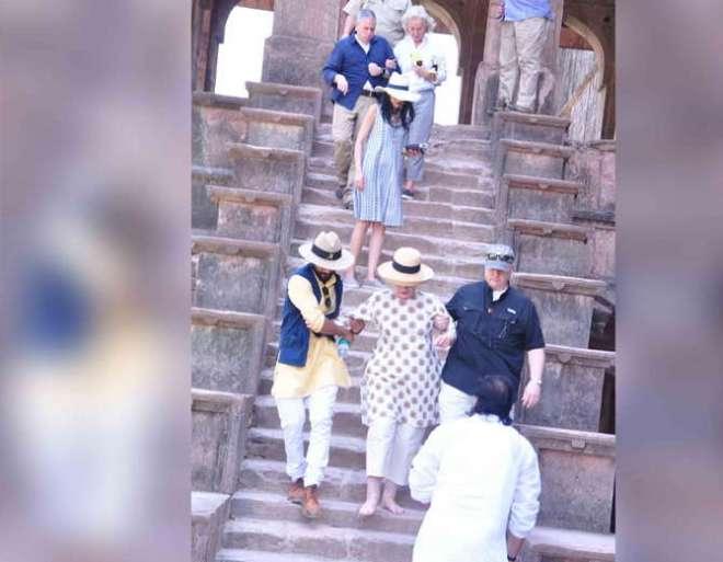 Madhya-Pradesh-Hillary-Clinton-slips-twice-on-stairs-during-Mandu-visit