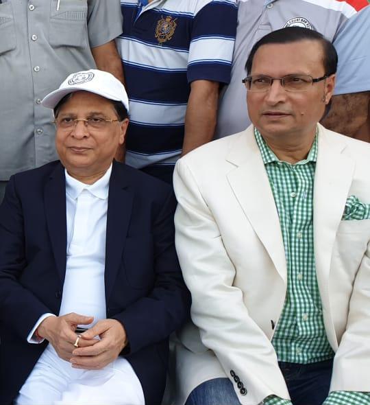 सुप्रीम कोर्ट के चीफ जस्टिस दीपक मिश्रा और डीडीसीए अध्यक्ष रजत शर्मा मैच का लुत्फ उठाते हुए