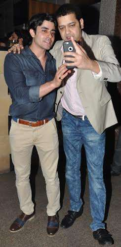 गौतम रोड़े और राहुल महाजन बर्थडे पार्टी में सेल्फी लेते हुए।