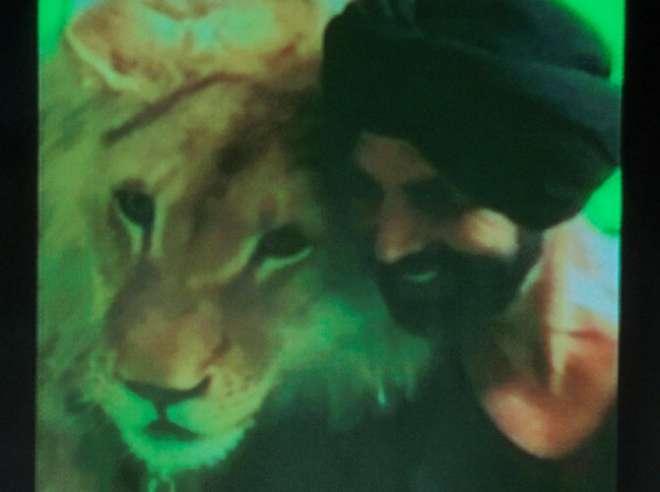 अक्षय कुमार ने 'सिंह इज ब्लिंग' की शूटिंग के दौरान ली गई तस्वीर को मीडिया के साथ शेयर किया और कहा कि वह एक असली सिंह है।