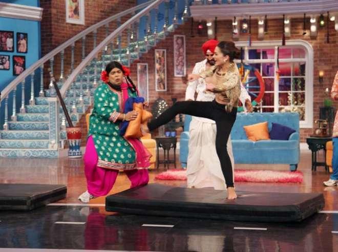 एमी जैक्सन ने शो पर किक करके दिखाई जो अक्षय की फेमस किक है।