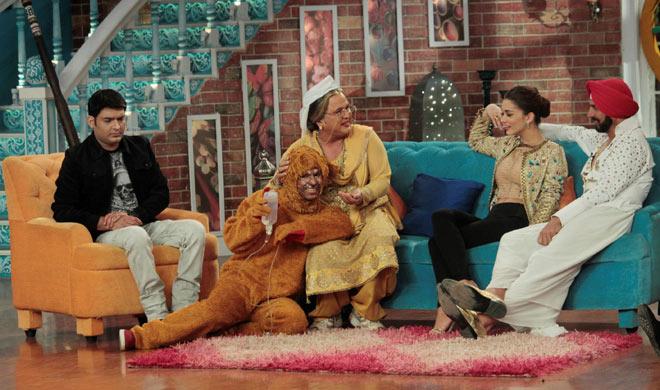 'सिंह इज ब्लिंग' की टीम कॉमेडी नाइट्स विद कपिल के सेट पर पहुंची