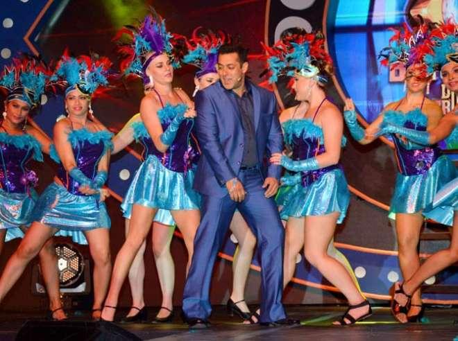 सलमान खान यहां डांस करते हुए दिखाई दिए।