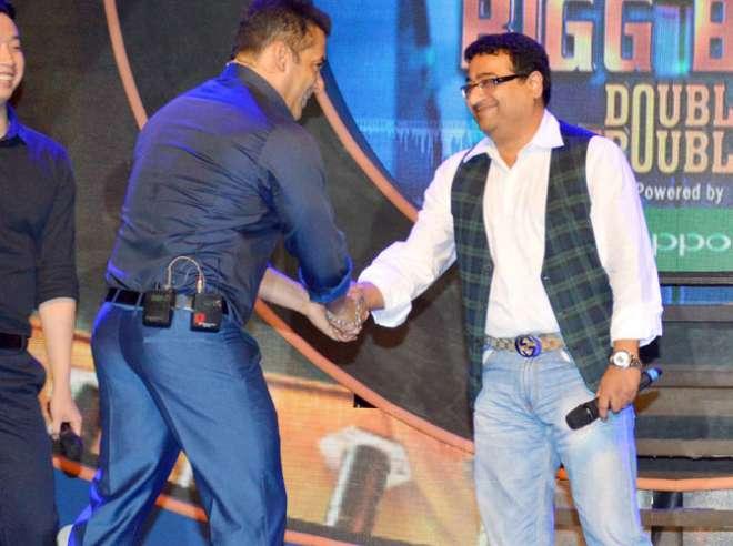 सलमान खान प्रतियोगी से हाथ मिलाते हुए।