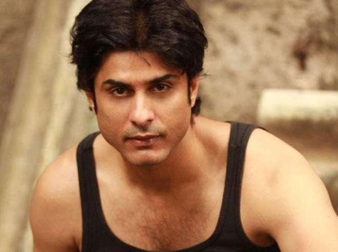 विकास भल्ला- टीवी शो जैसे की 'उतरन' में अभिनय कर चुके और फिल्म 'सन ऑफ सरदार' में 'पॉ पॉ' गीत भी गा चुके विकास अभिनेता प्रेम चोपड़ा के दामाद हैं और सलमान खान के दोस्ट भी हैं।