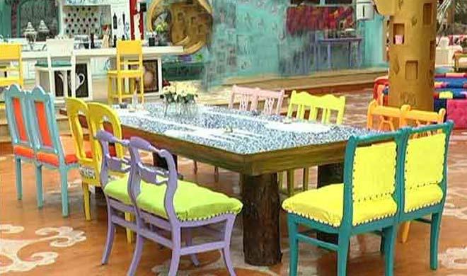 डाइनिंग टेबल पर भी दो-दो कुर्सियां आपस में जुड़ी हुई हैं।