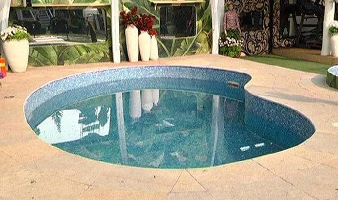 घर में एक छोटा सा स्विमिंग पूल भी बनाया गया है।