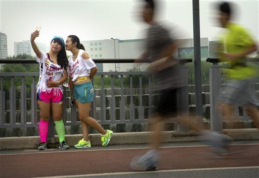 5 किलोमीटर की एक फैशन रन के दौरान बीच में ही रुककर सेल्फी लेते प्रतिभागी।